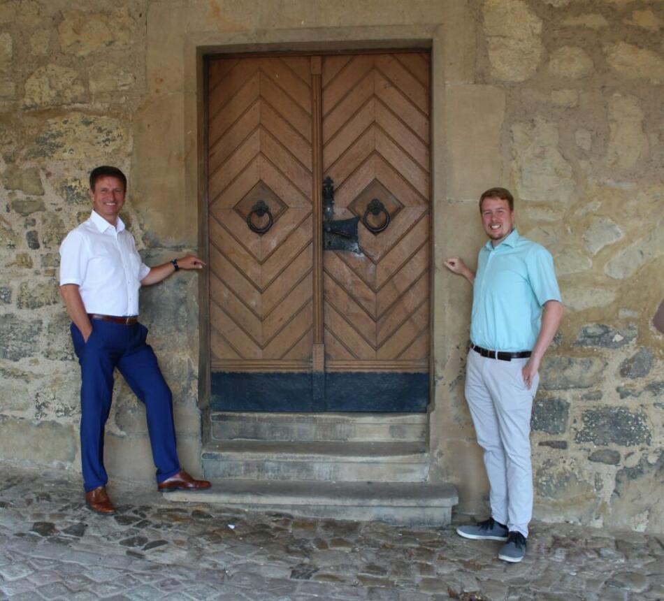 Escape Room in Warburg: v.l. Bürgermeister Michael Stickeln und Wirtschaftsförderer Sören Spönlein