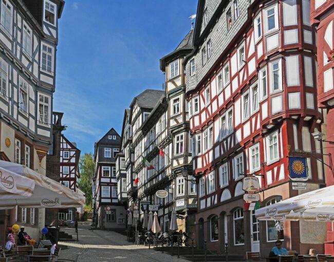 Durch die Straßen Marburgs schlendern, das tut immer gut. Nur im September 2021 sollten drei Tage für's Kino anstelle von Spaziergängen freigehalten werden. Denn dann zeigt der Marburger Kamerapreis drei ausgewählte Klassiker.   (c) Pixabay