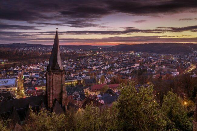 Marburg bei Nacht - das heißt auch jede Menge Veranstaltungen, Events, Konzerte, Festivals, Musicals, Musiker, Bands, Parties, Stadtfeste, Theater, Sportveranstaltungen, Ausstellungen, Messen, Flohmärkte etc. (c) Henryk Niestrój auf Pixabay
