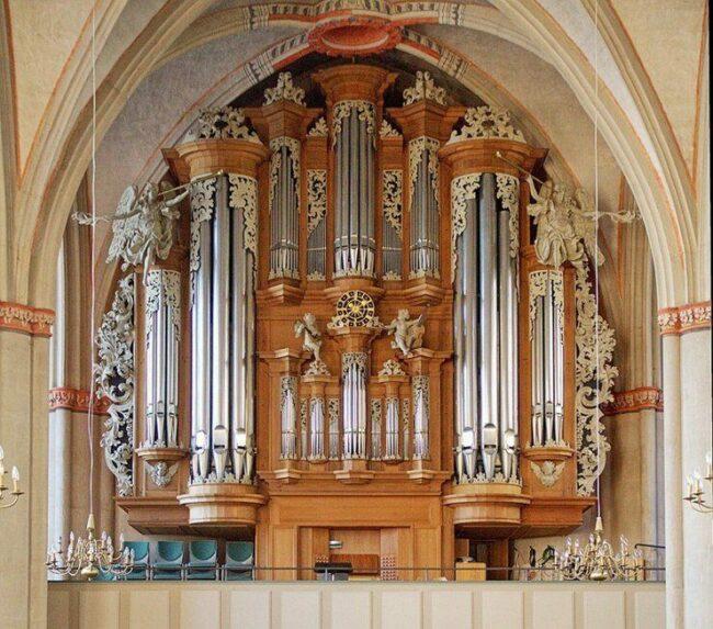 Normalerweise sorgt die Schuke-Orgel, in der Lutherischer Pfarrkirche Marburg, für die musikalische Begleitung. Aber für die Festkonzerte und den Festakt der Marburger Schlosskonzerte rücken andere Konzertstars in den Vordergrund. (c) Wikimedia Commons Tilmann Spaeth