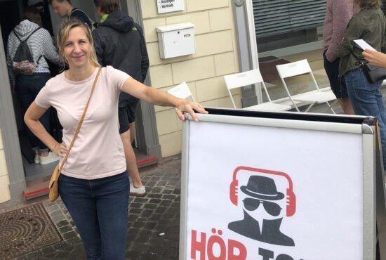Die Hör Tour in Warburg war im vergangenen Sommer trotz Corona ein voller Erfolg. Eine der Initiator*innen ist Sarah Hakenberg, die zusammen mit Kai Greupner die Veranstaltungsreihe organisierte. Der Kultur-Schatz Warburg wird auch solche Aktionen in Zukunft unterstützen. | (c) Wildwechsel