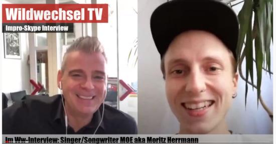 Im spontanen Live-Interview spricht der sympathische Singer-Songwriter Moe über seine Musik,