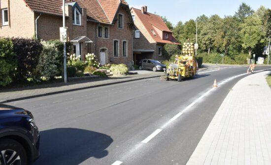 An der Calenberger Straße in Warburg wurden Schutzstreifen für Radfahrer markiert. So soll die Verkehrssicherheit in diesem Bereich weiter erhöht werden. | (c) Kreis Höxter