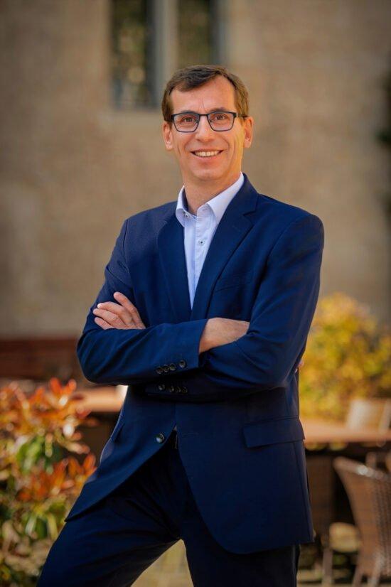 Warburgs Bürgermeister Tobias Scherf möchte sich aktiv für die Nutzung der Corona-Testzentren einsetzen.   wildwechsel.de