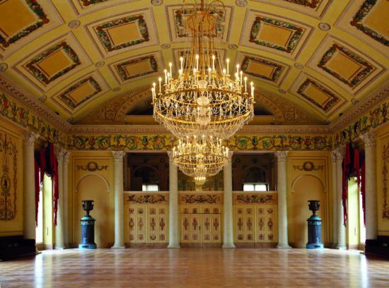 So schön und festlich ist der Saal im Ballhaus von Schloss Wilhelmshöhe. Der klassizistische Bau wurde Anfang des 19. Jahrhunderts errichtet und hat bis heute nichts von seiner inneren Pracht verloren. So bietet er eine besondere Location für das Kulturzelt Zwischenspiel 2020   (c) Gerhard Geyer