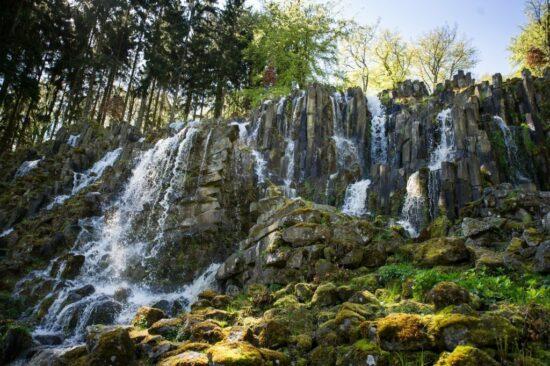 Steinhöfer Wasserfall: Der Steinhöfer Wasserfall ist die erste Station der unter Wilhelm XI. im Stil des Landschaftsparks geschaffenen romantischen Wasserspiele. Er stellt einen stillgelegten Steinbruch dar, der beim Anlassen mit der unaufhaltsamen Kraft des Wassers inszeniert wird.