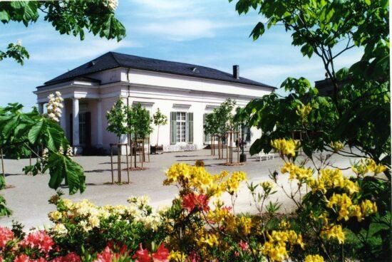 Ballhaus: Das Ballhaus wurde als Hoftheater in der Regierungszeit von Napoleons Bruder, Jérôme Bonaparte (1784-1860), in den Jahren 1808/09 durch den jungen Leo von Klenze (1784-1864) errichtet. Der Pavillon ist das erste Gebäude des berühmten Münchener Architekten. Die heutige prachtvolle Innenausstattung erhielt es 1828 unter Kurfürst Wilhelm II. (reg. 1821-1831) durch den Kasseler Architekten Johann Conrad Bromeis (1788-1855).