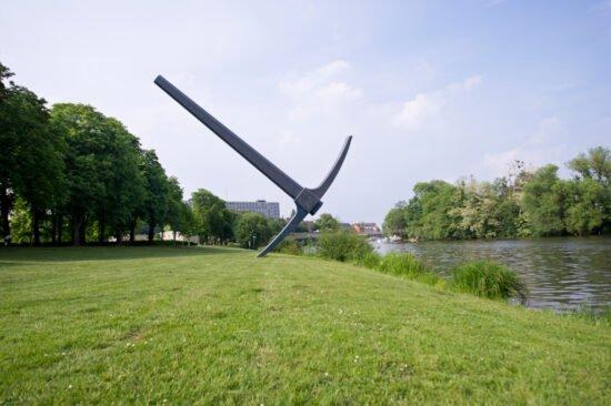 Was ist los in Kassel? Spitzhacke: Am Fuldaufer steht die Spitzhacke von Claes Oldenburg, die zur documenta 7 in 1982 enstand.