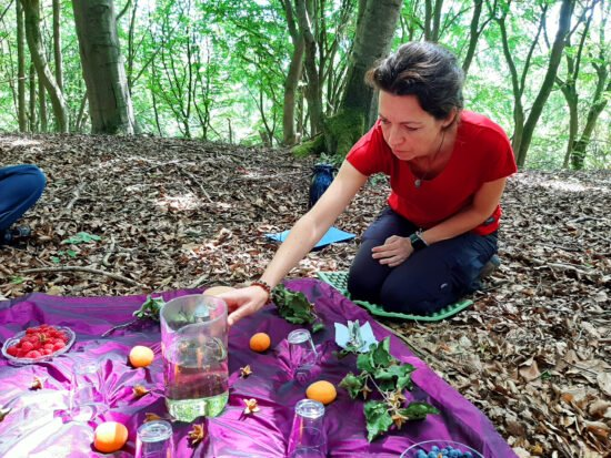 Jessica Schmitz verrät, warum Waldbaden viel mehr als Spazierengehen ist.