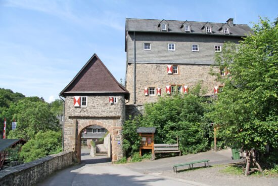 Burgen und Schlösser als Ausflugsziel: Die Jugendburg Hessenstein in Vöhl - Ederbringhausen (c) Berthold Langenhorst