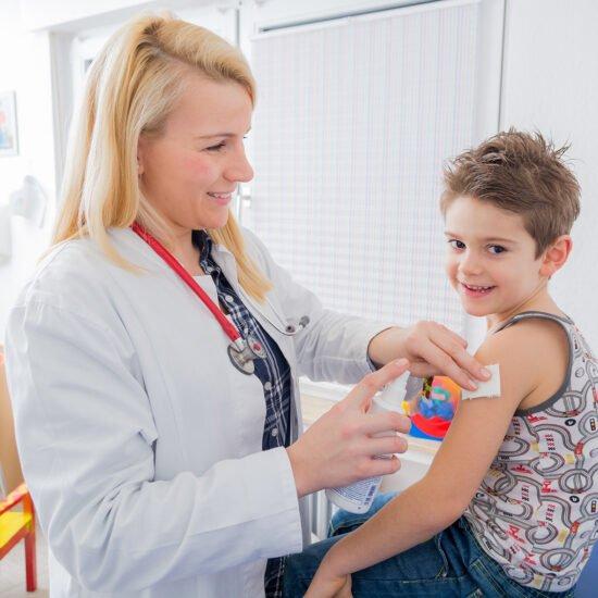 Kind wird geimpft (c) DAK-Gesundheit