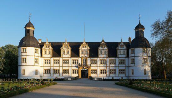 Ausflugsziele trotz Corona: Burgen und Schlösser in NRW, wie das Schloß Neuhaus   (c) Nawi112   (c) creativecommons.org/licenses/by-sa/3.0/