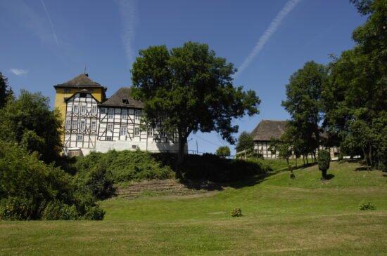 Burgen und Schlösser sein ein beliebtes Ausflugsziel in OWL & Nordrhein Westfalen: So auch die Tonenburg bei Höxter   (c) gemeinfreies Bild auf Wikipedia