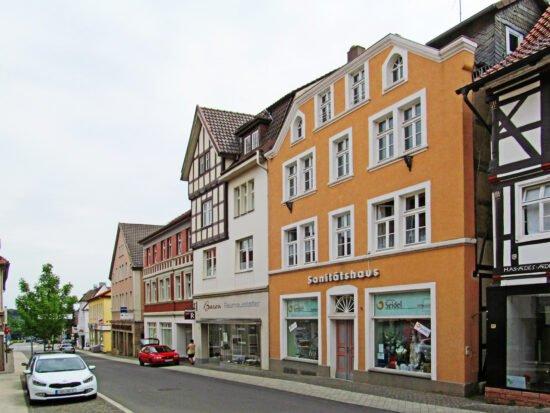 Trotz Lockdown weiterhin geöffnet: Das Sanitätshaus Seidel (hier die Hauptfiliale in Warburg, Hauptstraße 9)