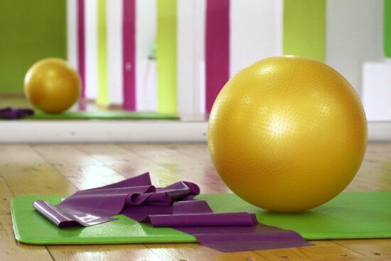Pilates ist eine gute Art während dem Corona-Lockdown fit zu bleiben (c) Pixabay - ArtCoreStudios