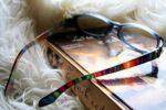 Buch mit Regebogenbrille Archivbild (c) Foto Pixabay - pasja1000