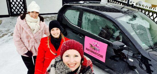 Wollen mit ihrer Kulturkutsche Mini-Open-Air-Konzerte vor der Haustür, spielen: Romana Reiff, Annabelle Mierzwa und Dorothea Proschko. | (c) n/h