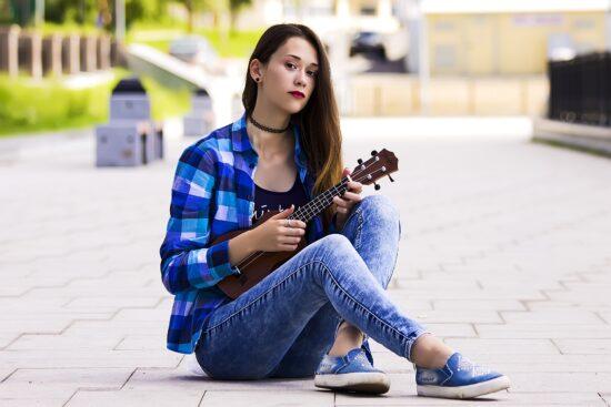Die besten Hobbys während Corona - Ukulele spielen lernen und Home-Workouts: Mädchen mit Ukulele Lubov_ph auf Pixabay