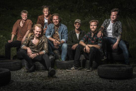 Die siebenköpfige Band <strong>Boys From Heaven</strong> freuen sich über ihr Debütalbum.   (c) Jakob Muxoll