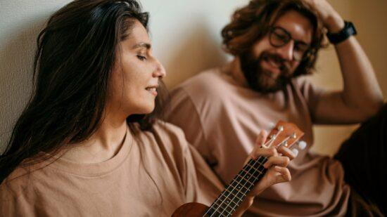 Die besten Hobbys während Corona - Ukulele spielen lernen und Home-Workouts - Paar Freunde Frau und Mann mit Ukulele Dario Lucero auf Pixabay