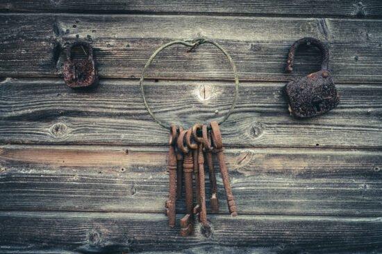 Du kannst deinen Escape Room auch dekorieren. Alte Schlüssel und Schlösser zum Beispiel werten deinen Escape Room optisch auf.