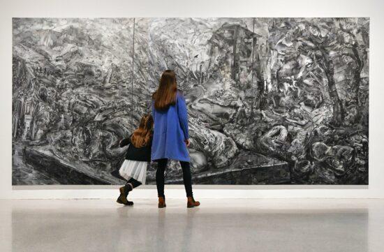 (Kassel) Die GRIMMWELT darf ab dem 12.3.2021 wieder öffnen. Besucher*innnen können sich die Sonderausstellung Home von Sabine Hartig anschauen. | (c) Nils Klinger