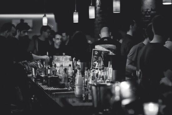 Du bist gerade frisch zum Studienstart des kommenden Sommersemester 2021 nach Marburg gezogen und möchtest neue Bekanntschaften machen? Dann ist der Bar Bachelor genau das Richtige für Dich! Schließe 10 Prüfungsleistungen ab und erhalte am Ende die Bar Bachelor Urkunde.   (c) Rondell Melling auf Pixabay