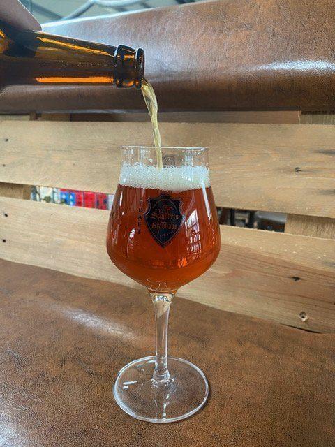 Beim <strong>Biertasting</strong> per Live-Stream wird unter anderem das Bier <strong>Amber</strong> verköstigt, das hier auf dem Bild zu sehen ist. | (c) Schinkels Brauerei