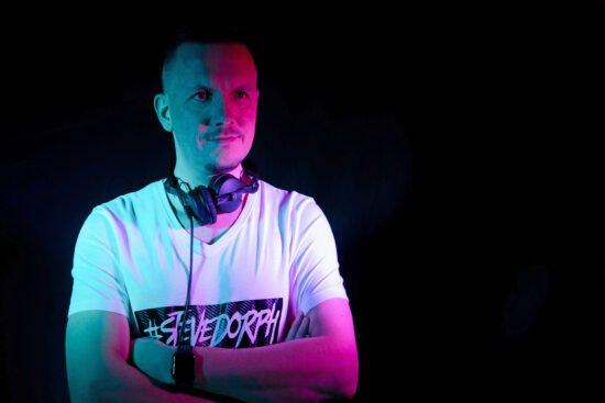 DJ Steve Dorph legt auf der ersten Autodisco in Waburg auf. | (c) Steve Dorph