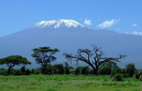 Der tansanische Berg Kilimandscharo. Auch die Besteigung des 5.895 Meter hohen Berggipfels ist in der Reise-Reportage »Tief in Afrika« zu sehen. | (c) Greg Montani auf Pixabay