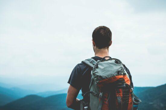 Gregor Sieböck ist »Der Weltenwanderer» . Am 13. April erzählt er uns im Live-Stream von Welt & Wir, wie er 20.000 km zu Fuß um die Welt gereist ist. | (c) Free-Photos auf Pixabay