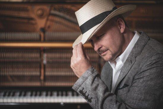 Der Pianist Jan Luley streamt am 8. April 2021 virtuell das einjährige Jubiläum seiner Streaming-Reihe »Concert & Talk« sowie sein 100. Online-Konzert im Netz. | (c) Luleyfoto.de