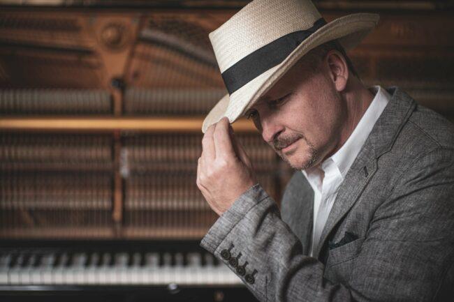 Der Pianist Jan Luley streamte am 8. April 2021 virtuell das einjährige Jubiläum seiner Streaming-Reihe »Concert & Talk« sowie sein 100. Online-Konzert im Netz. | (c) Luleyfoto.de