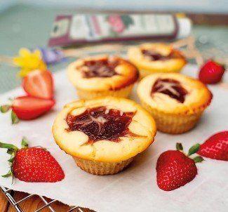 Auch dieses Rezept kannst Du als Muttertags-Geschenk zubereiten: Mini Cheesecake Muffins mit Marmetube Erdbeere Tonkabohne. | (c) Frohe Botschaft