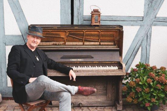 Er ist zugleich Jazz-, Blues- und Gospel-Pianist, Sänger und Komponist: Jan Luley. Am 8. April soll sein 100. Online-Konzert sowie seine einjährige Livestream-Reihe Concert & Talks auf seinem YouTube-Kanal gefeiert werden. | (c) Luleyfoto.de