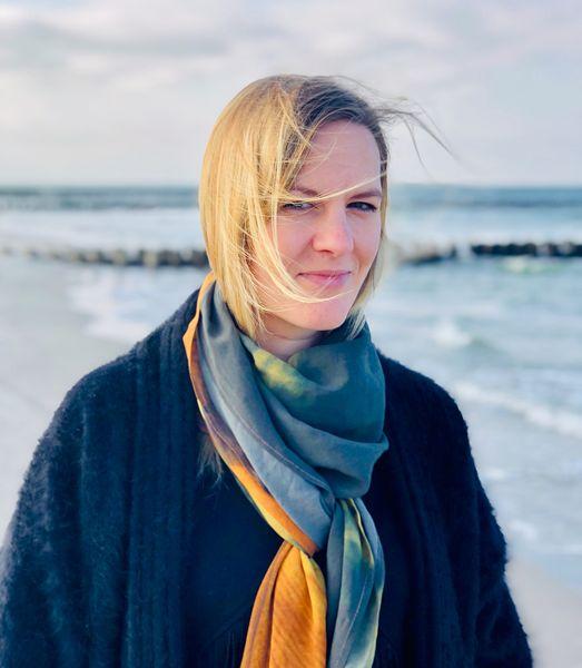 »Valeria Geritzen« ist Kulturschaffende und hat sich gemeinsam mit Schriftsteller »Tobias Wilhelm« zusammenhängende Gedanken zwischen dem Internationalen Tag gegen Rassismus und dem Welttag der Poesie gemacht. | (c) Verein Rückblende – Gegen das Vergessen e. V.