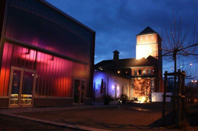 Das Café Trauma Marburg bei Nacht. Hier findet per Livestream ein Online-Vortrag zum Thema Rechtsrock statt.  | (c) Café Trauma e.V.