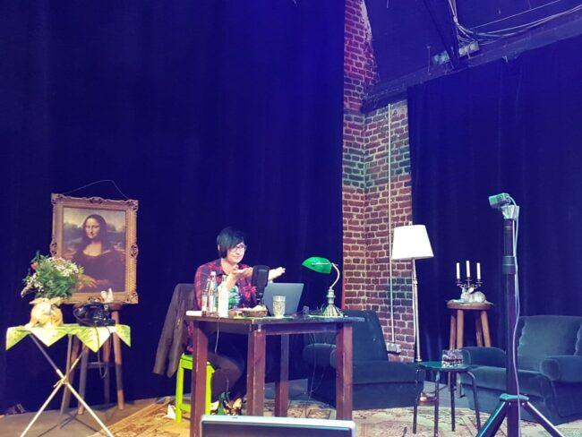 Felicia Ewert bei ihrer Lesung aus dem Café Trauma Marburg. Die Autorin liest bei der ersten Veranstaltung des Projekts »How to Soziokultur?« aus ihrem Buch »Trans. Frau. Sein«.   (c) Café Trauma
