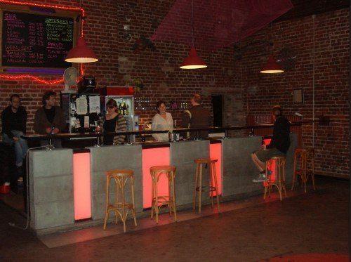 Das Café Trauma-Team sieht sich selbst nicht als Dienstleister, der für sein Publikum arbeitet. Stattdessen zielt die beliebte Marburger Location darauf ab, mit möglichst vielen aus dem Publikum gemeinsam Spaß zu haben und Kultur zu veranstalten. (c) Café Trauma im G-Werk Marburg