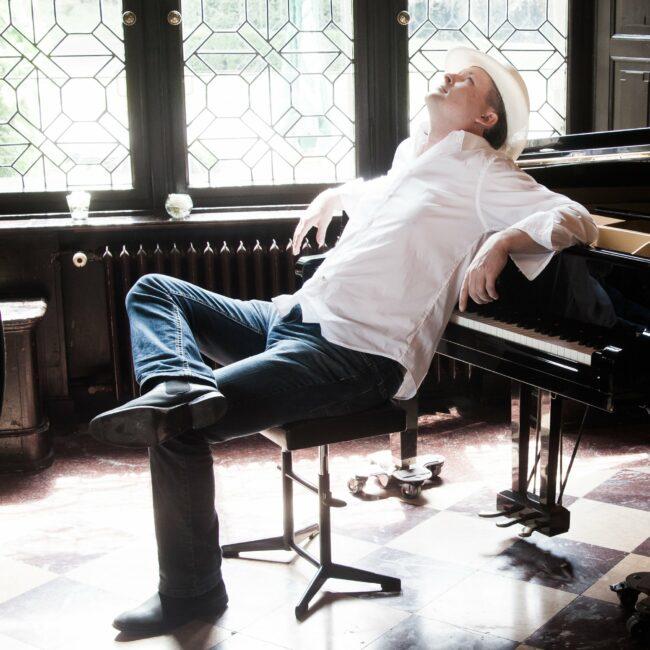Relaxed! Pianist Jan Luley feierte im Lock-Down das einjährige Jubiläum seiner Streaming-Reihe »Concert & Talk« sowie sein 100. Online-Konzert. | (c) Luleyfoto.de & Luleymusic.de