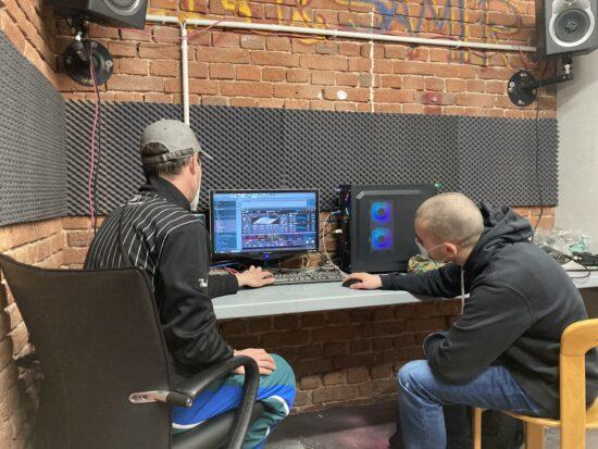 Neuer Rechner im <strong>Kulturzentrum Schlachthof</strong>. <strong>Dennis Harbusch</strong> (links) und <strong>Boris</strong> (rechts) schauen, was er auf dem Kasten hat. | (c) Dennis Harbusch