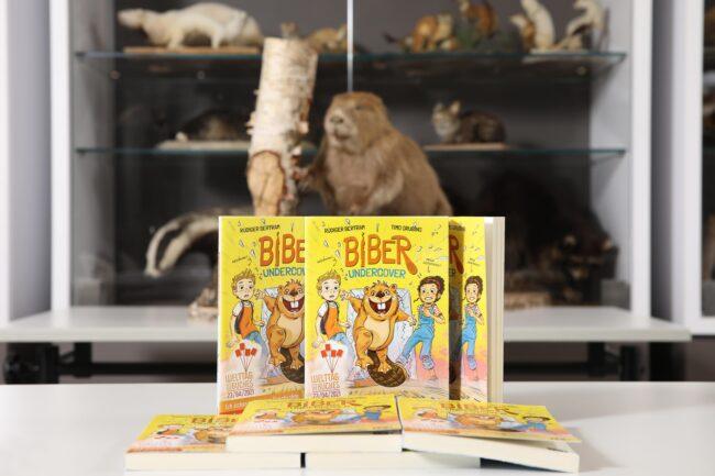 So sieht der Comicroman »<strong>Biber undercover</strong>« aus, vom dem dieses Jahr Millionen Exemplare gratis an Schüler:innen verteilt werden. | (c) Stiftung Lesen / Alexander Sell