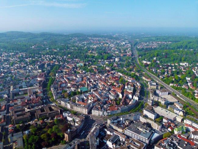 """Aus der Luft ist das """"Hufeisen"""" in der Bildmitte, die Form der Bielefelder Altstadt, zu sehen. Mit dem Projekt »altstadt.raum« soll die Bielefelder Altstadt noch lebenswerter und attraktiver werden.   (c) Bielefeld Marketing GmbH"""