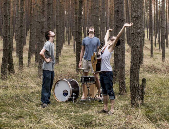 Auch für AnnenMayKantereit hat der Poetry-Slamer und Songwriter Felix Römer bereits Musik geschrieben. Die Kölner Band sind seit mehreren Jahren mit ihren deutschsprachigen Pop- und Indie-Songs bekannt.