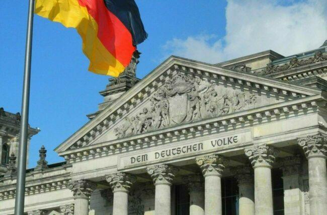 Flagge vor Reichstag Quadrat (c) Pixabay - karlherl