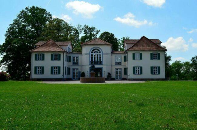 Die GrimmHeimat NordHessen will mit dem Prinzip der Nachhaltigkeit dauerhafte Lösungen für die Region finden, die auch den Tourismus betreffen sollen. Zu den Sehenswürdigkeiten in Nordhessen gehört unter anderem auch das Schloss Schönfeld in Kassel. | (c) Pixabay