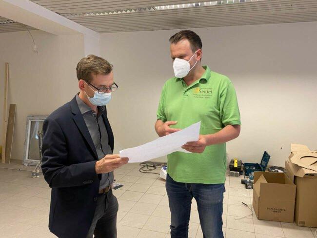 In einem angeregten Gespräch zeigte Renee Seidel Bürgermeister Tobias Scherf seine Pläne bezüglich der neuen, erweiterten Räumlichkeiten in der Seidel-Zentrale in Warburg.