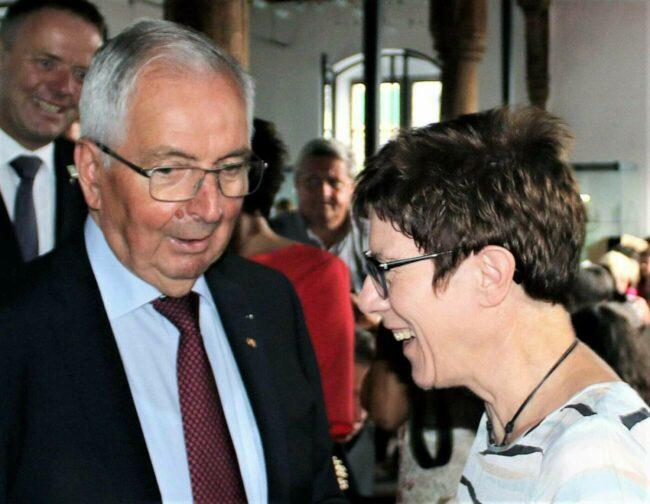 Der ehemalige Bundesumweltminister Klaus Töpfer ist Ehrengast bei der Zehnjahresfeier der Erd-Charta-Stadt Warburg. Hier ist er zu sehen mit der ehemaligen Bundesvorsitzenden der CDU, Annegret Kramp-Karrenbauer. die bei seinem 80. Geburtstag in Höxter die Laudatio hielt.