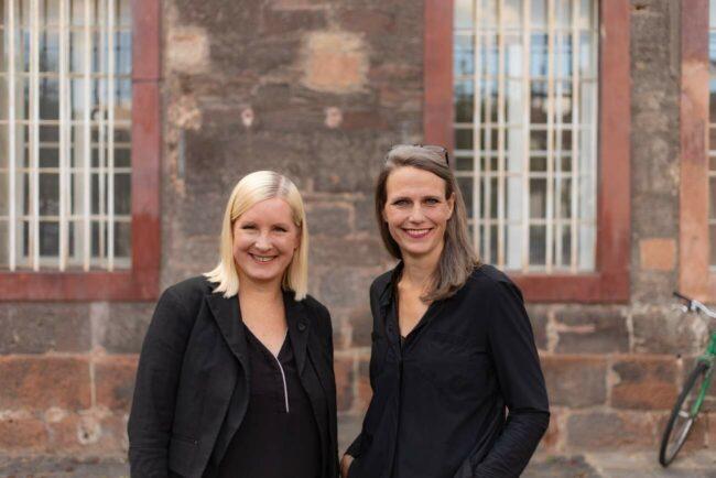 Hessische Theatertage 2021: Die Intendantinnen des Hessischen Landestheaters Marburg, Eva Lange und Carola Unser eröffneten das Bühnenfestival. | (c) Neven Allgeier