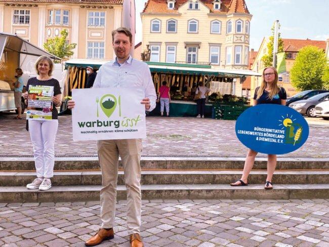Stellten das Programm der Feierabendmärkte in Warburg vor: Karin Jakobs (Warburger Hanse), Sören Spönlein (Stadtmarketing Warburg) und Jana Berger (Bürgerinitiative Lebenswertes Bördeland und Diemeltal e.V., v.l.)